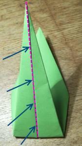 Įlenkite į vidų pagal parodytą liniją. Kitas paveikslėlis parodo, kaip stiebelis turi atrodyti padarius įlenkimą.